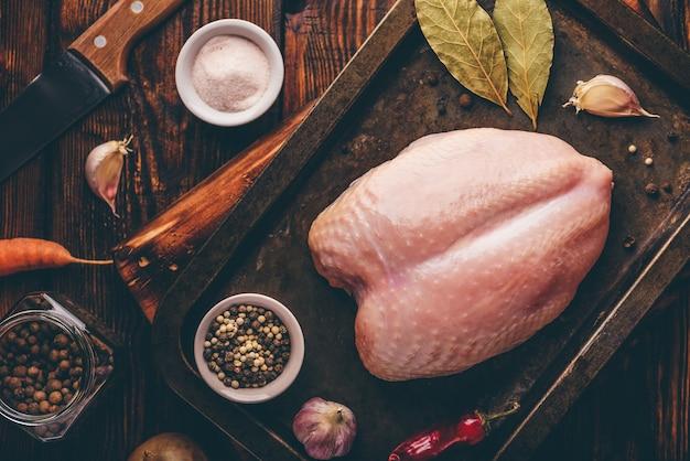 Сырая куриная грудка на противне