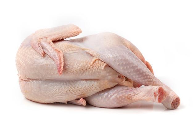 Сырая куриная тушка, изолированные на белом фоне. крупный план