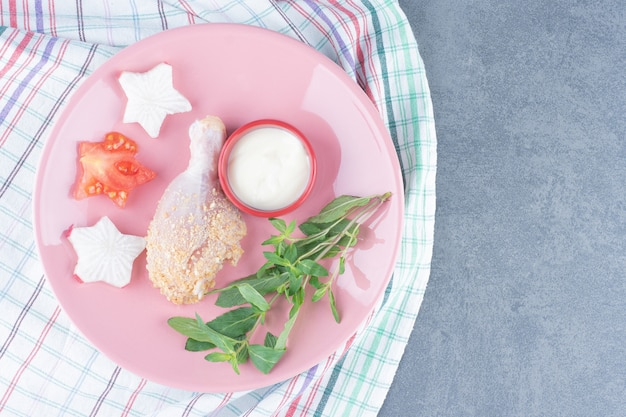 원시 치킨 드럼 스틱과 마요네즈 핑크 접시에.