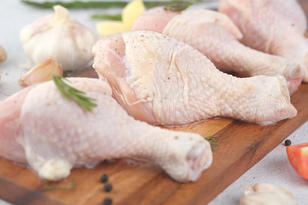 まな板の上に生の鶏のモモ肉