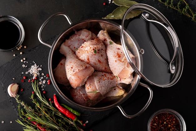 회색 냄비에 향신료와 허브, 상위 뷰 원시 치킨 나지만