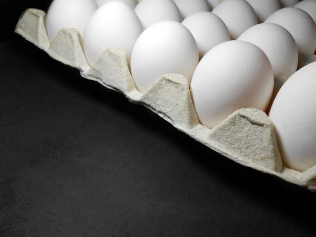 Сырые куриные яйца в яичной коробке