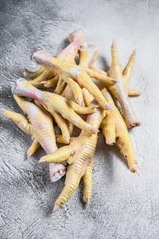 식탁에 원시 치킨 feets입니다.