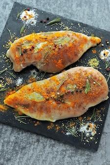 石板にカレーとスパイスでマリネした生の鶏ササミ