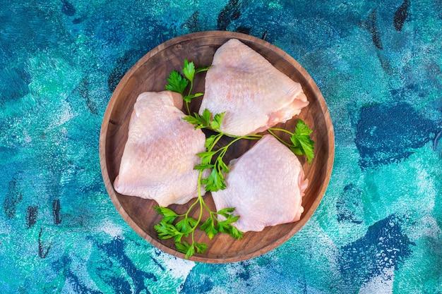 Coscia di pollo cruda pronta per la cottura