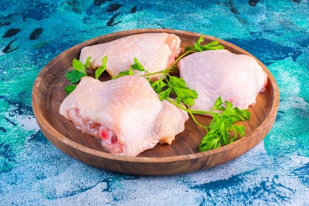 Сырые куриные бедра готовы к приготовлению