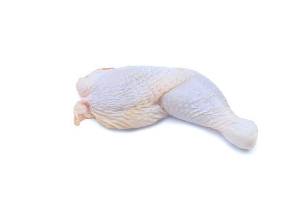 Сырая куриная ножка, изолированные на белом фоне с обтравочным контуром