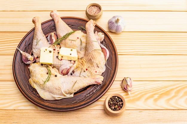 Сырые куриные ножки. свежий био ингредиент для приготовления традиционных блюд