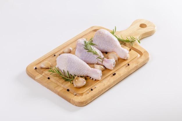 まな板の上に生の鶏の足