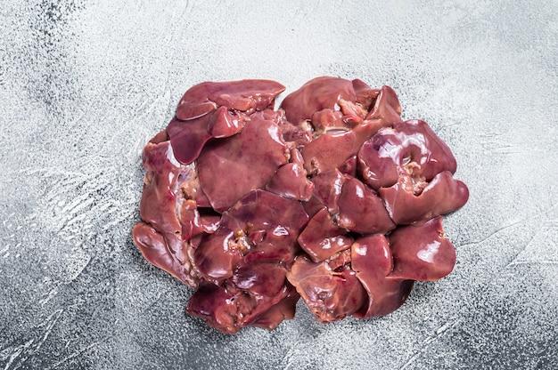 정육점 테이블에 원시 닭 간 고기입니다. 흰 바탕. 평면도.