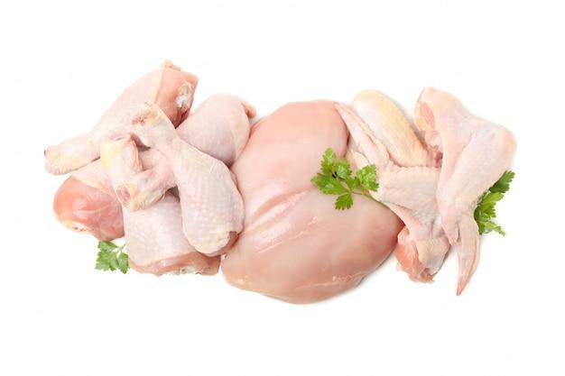 Сырое куриное мясо и петрушка, изолированные на белом