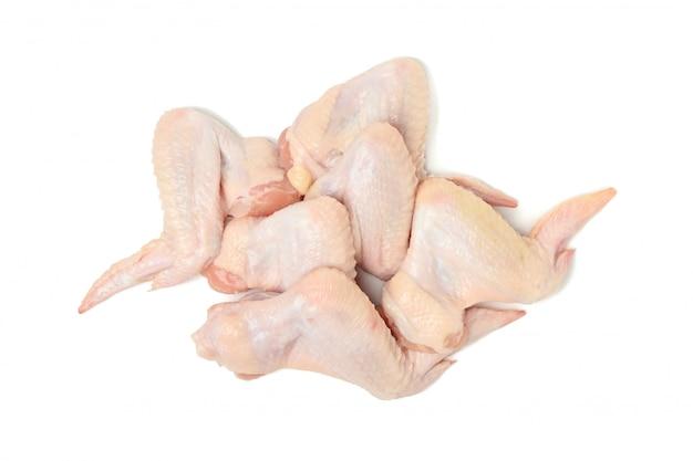 Сырое куриное мясо на белом фоне