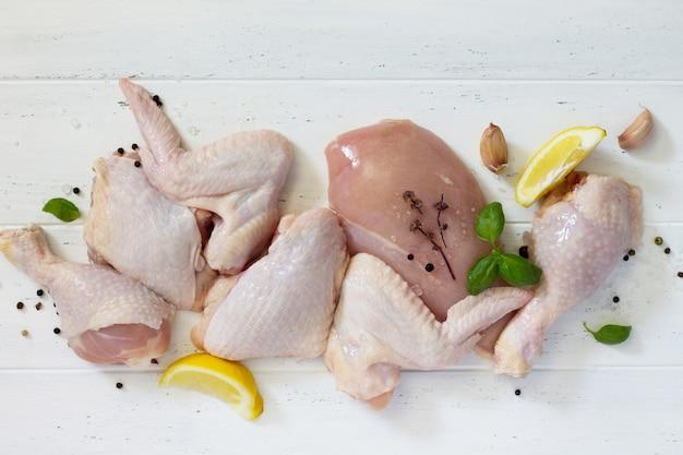 Сырое куриное мясо с лимоном и специями