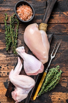 껍질없는 가슴살, 닭다리, 날개로 요리와 바베큐 용 생 닭고기 부분.