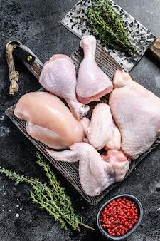 껍질을 벗긴 고기, 북채, 날개를 사용한 요리 및 바베큐 용 생닭 부분