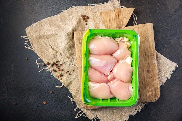 生の鶏もも肉の骨なしパルプ肉鶏肉または七面鳥の新鮮な食事の軽食をテーブルで食べる準備ができています