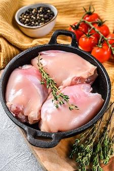 皮のない生の鶏もも肉の切り身。農場の家禽肉。白色の背景。上面図。