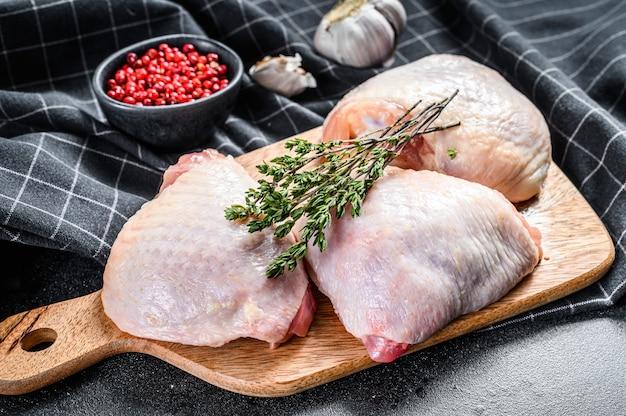 생 닭 허벅지, 유기농 가금류 고기. 검정색 배경.