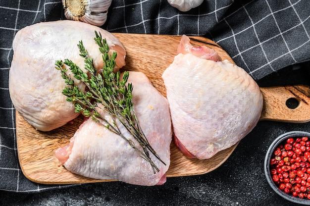 Сырое куриное бедро, органическое мясо птицы