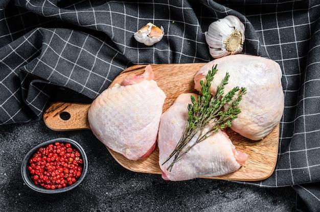 まな板の上の皮と生の鶏もも