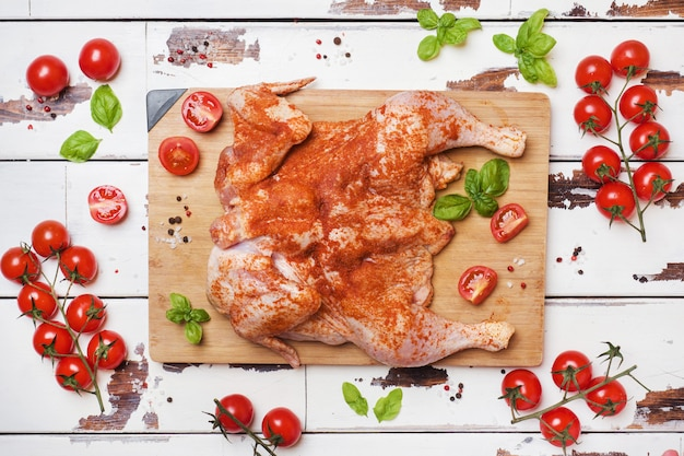 향신료와 야채와 나무 보드에 생 닭 담배.