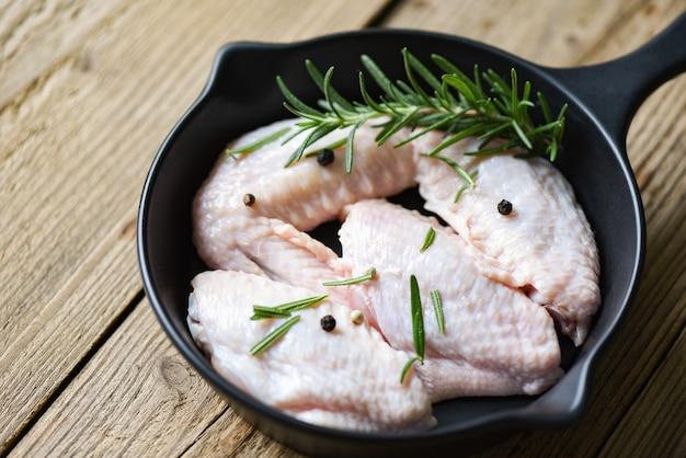 Сырые куриные крылышки, зелень и специи для приготовления тайской азиатской еды курица с розмарином