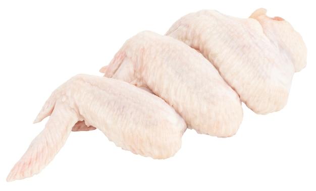 Сырые куриные крылышки, изолированные на белом фоне. с обтравочным контуром