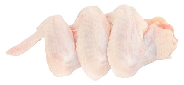 Сырые куриные крылышки, изолированные на белом фоне