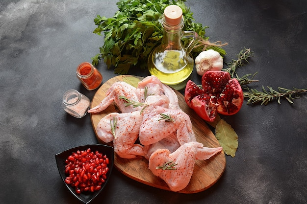 요리 재료와 생 닭 날개