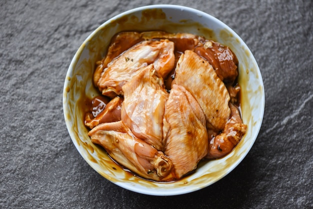 절인 소스 허브와 향신료를 곁들인 생 닭 날개 그릴 또는 구운