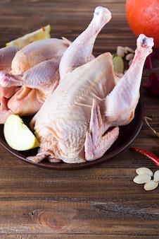 나무 커팅 보드에 요리 재료와 생 닭