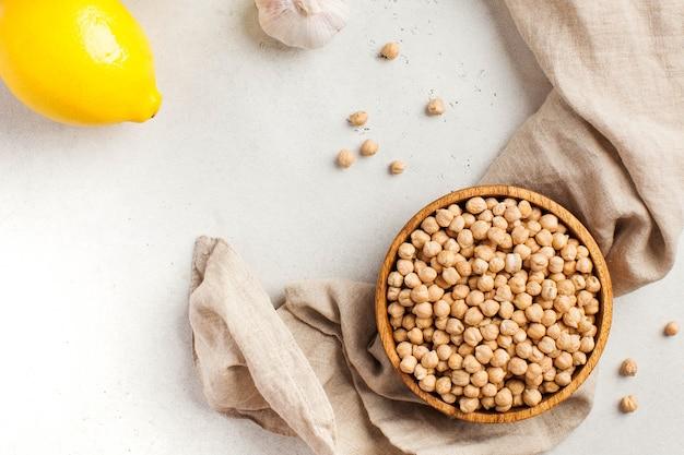 木製のボウルに生のひよこ豆