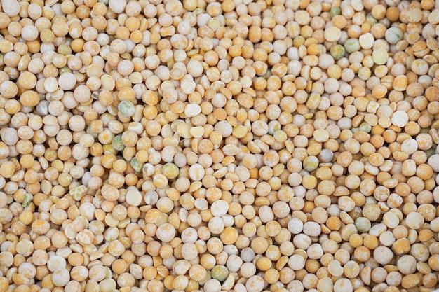 자루에 원시 병아리 콩입니다. 농민 시장에서 유기농 채식 음식