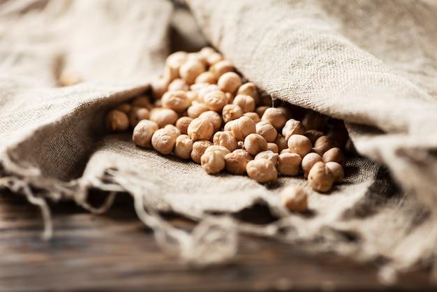 布の上に生ひよこ豆