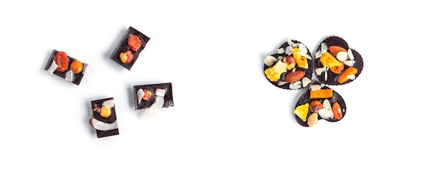말린 과일과 견과류는 흰색 바탕에 원시 초콜릿 바. 고품질 사진