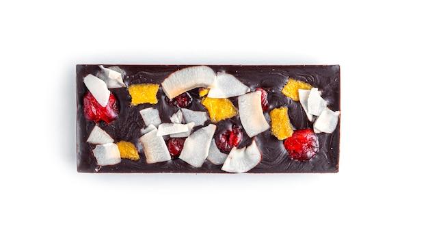 Сырой шоколадный батончик с сухофруктами и орехами на белом