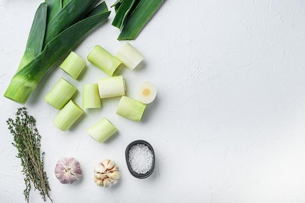 Сырой нарезанный лук-порей для гриля, сырые с добавлением зелени