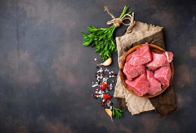 さびた背景にスパイスと生のみじん切り肉