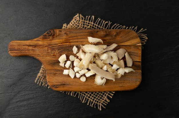 木製のまな板に生の刻んだヒラタケ