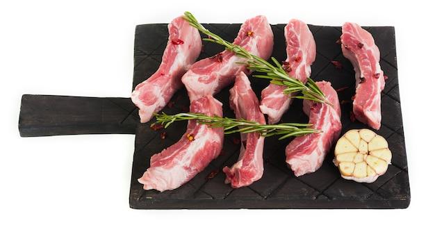 다크 보드에 로즈마리와 마늘을 곁들인 원시 다진 돼지 갈비, 분리
