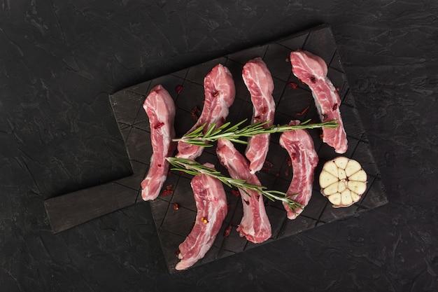 로즈마리와 마늘을 곁들인 생 돼지 갈비