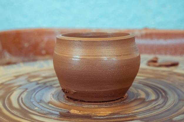 생 점토, 완성 된 컵은 녹로에 서 있습니다. 점토에서 완성 된 주전자까지의 도자기