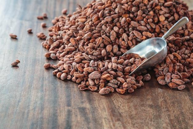 Сырые какао-бобы на деревянном столе