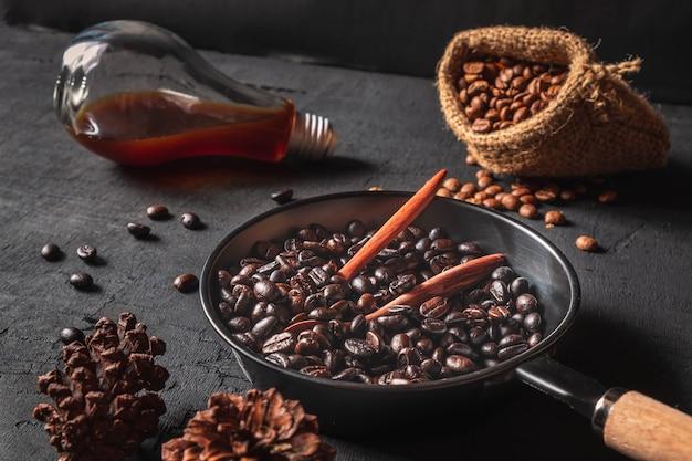 黒の背景にパンの袋の袋と焙煎コーヒー豆の生コーヒー豆。