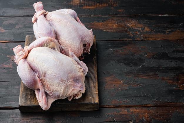 오래 된 나무 테이블에 원시 coquelet 닭 고기