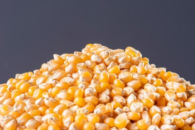 Сырые зерна кукурузы, попкорн