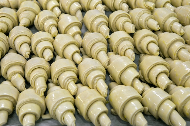 パン屋での発酵で生のクロワッサン