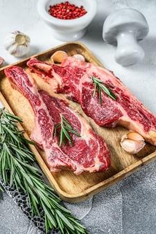 骨の上の牛肉の大理石の肉の生の切り身