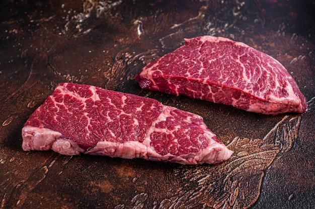 Сырой стейк из денвера мясо из мраморной говядины.