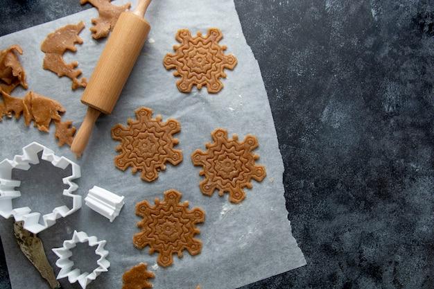 生の生地、クッキーカッター、めん棒。